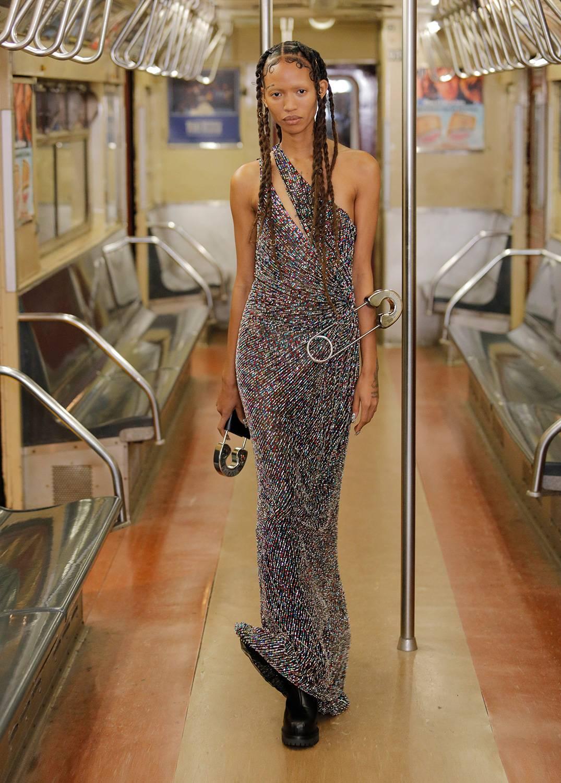 До осени 2020 года: Moschino выходит в суперразмер на нью-йоркском метро